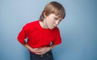 У ребенка болит живот в области пупка: что делать