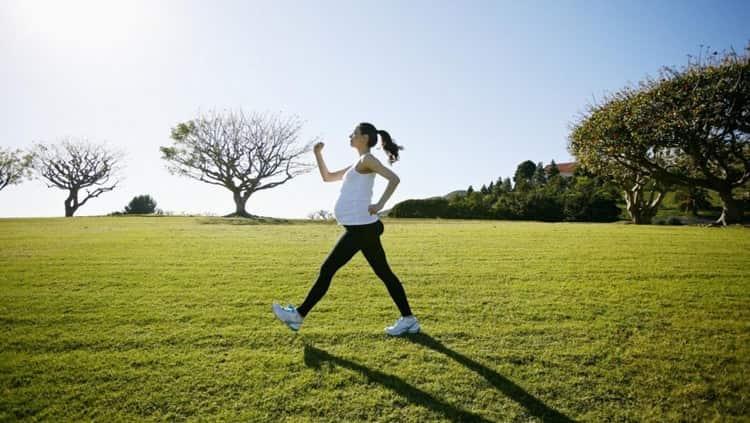 На этом сроке очень актуальны прогулки на свежем воздухе, умеренные физические нагрузки.