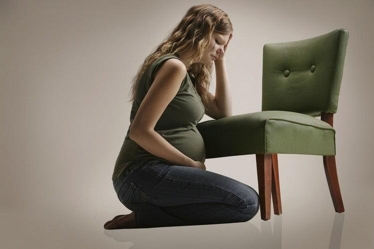 Эмоциональный фон на этом сроке у женщины можно быть достаточно нестабильным: то слезы, то радость.