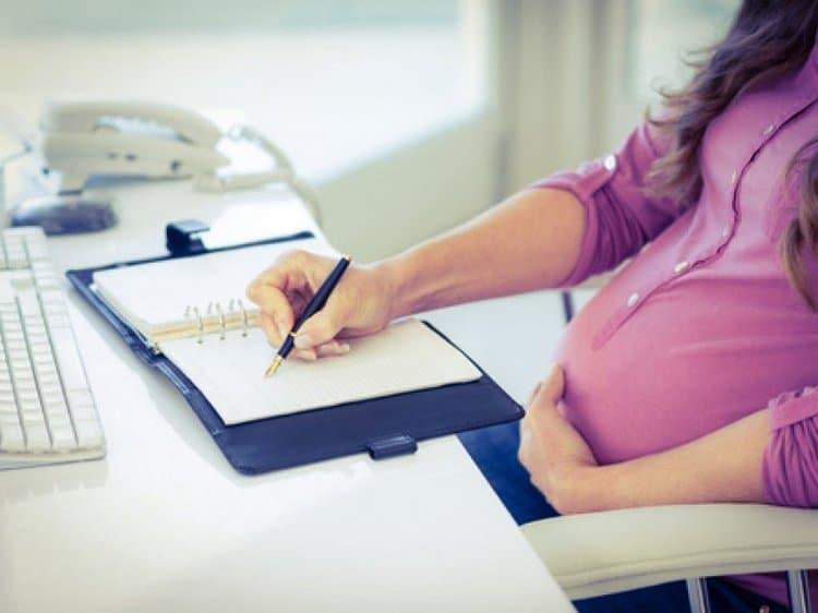 На этом сроке многие женщины еще продолжают работать.