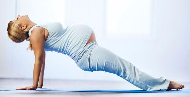 Спокойствию и улучшению самочувствия поспособствуют занятия йогой для беременных.