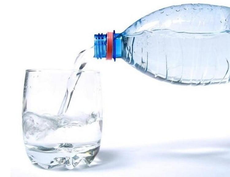 Важно не только думать о том, что можно есть после кесарева, но и не забывать о потреблении жидкости.