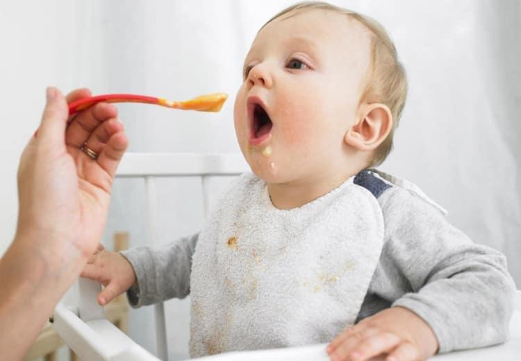 Очень важно наладить правильно и весьма калорийное питание такого ребенка.