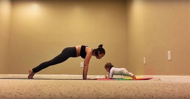 Вот так можно сделать планку вместе с ребенком.
