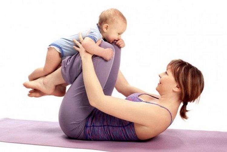 Упражнения для похудения живота после родов можно делать даже вместе с малышом.