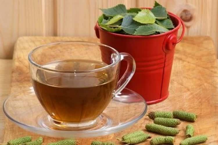 В профилактических целях можно употреблять чай из березовых почек.