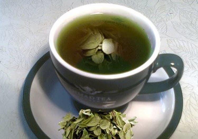 Мочегонными свойствами обладает отвар из листьев брусники.