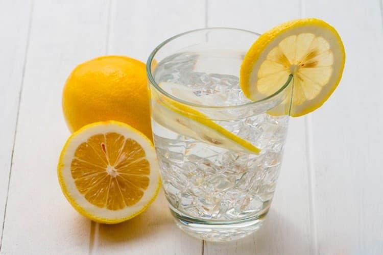 Вода с лимоном это хороший способ, как можно бороться с токсикозом при беременности.