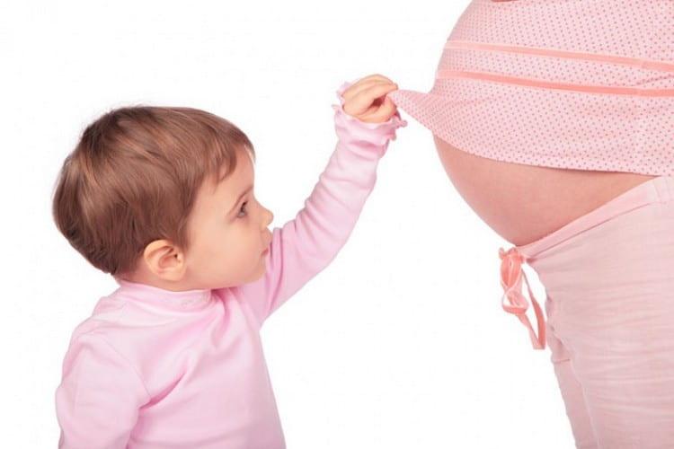 При 2 беременности женщине уже легче понять, когда начинает шевелиться ребенок, чем при 1.