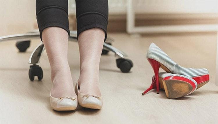 """Важно также для профилактики боли в спине отказаться от каблуков на время """"интересного"""" положения."""