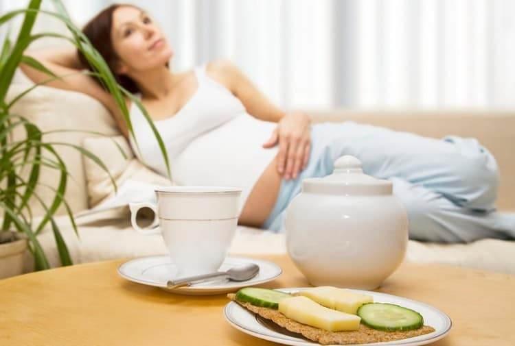 очень часто, то, что помогает от тошноты при беременности, это своевременный завтрак.