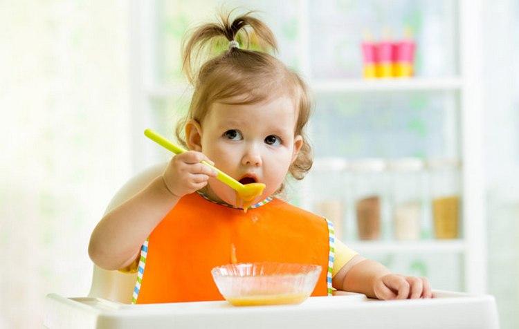 Перед прививкой важно проследить за тем, чтобы питание малыша было легким.