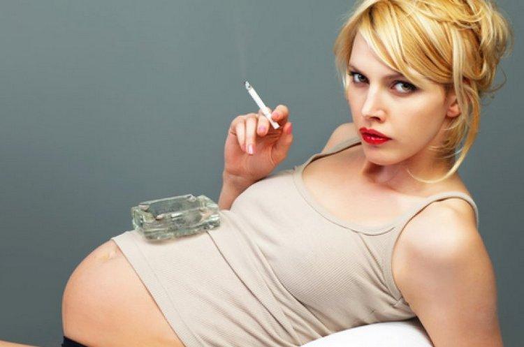 Вред курения при беременности очевиден: курящая мать практически отравляет плод.