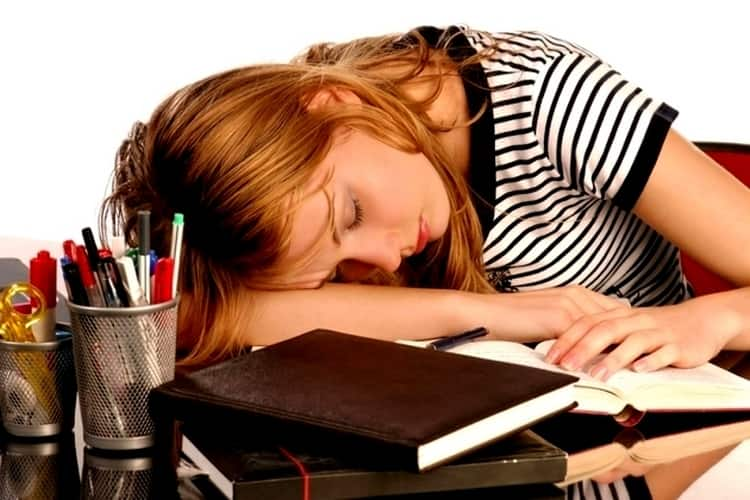 Пониженный гемоглобин при беременности провоцирует плохое самочувствие, усталость, сонливость.