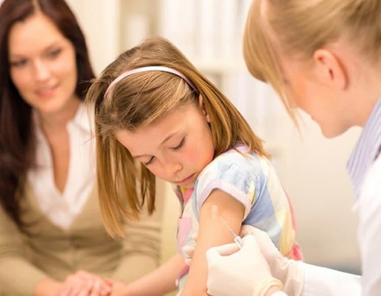 ТО, куда делают прививку АДСМ, зависит от возраста ребенка.