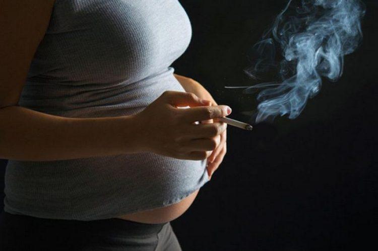 Спровоцировать такое явление может курение во время беременности.