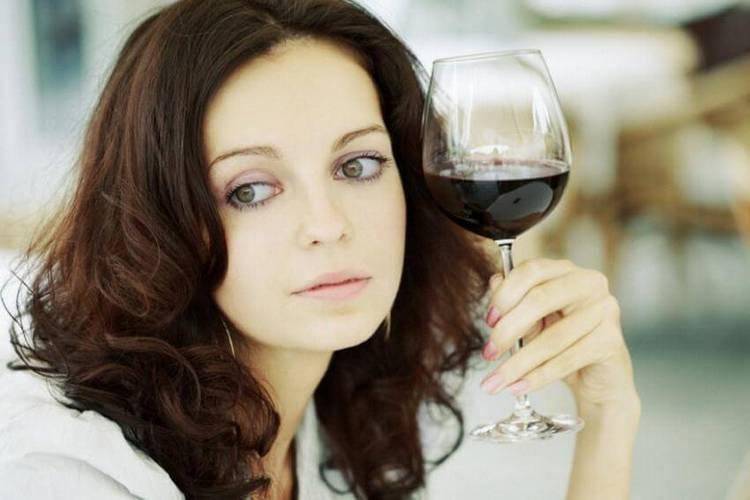 То, через сколько из грудного молока выходит алкоголь, зависит от того, что именно вы пили.