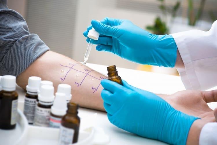 Для диагностики аллергии можно провести кожные аллергопробы, но этот метод достаточно травматичен для детей.