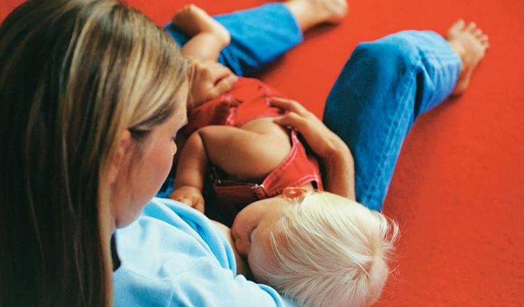 грудное вскармливание помогает укрепить иммунитет ребенка и снизить симптомы аллергии.