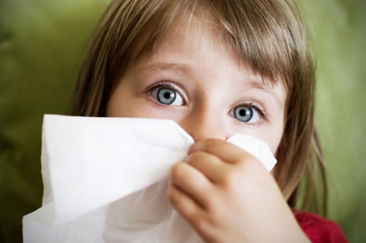 Среди распространенных симптомов аллергии на кошек у детей является аллергический ринит.