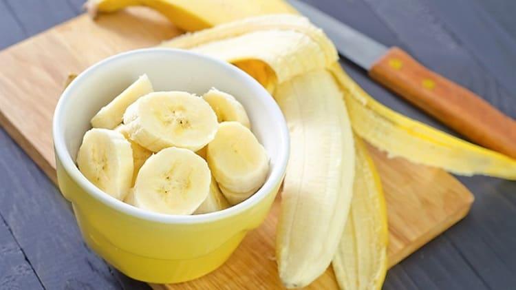 Употреблять бананы при грудном вскармливании в первый месяц после родов нежелательно.