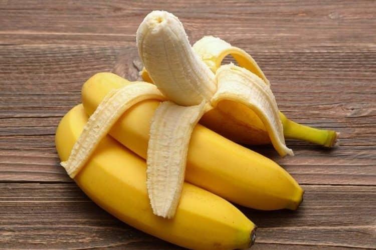 Посмотрите, по какой схеме в свой рацион можно вводить бананы при кормлении грудью.
