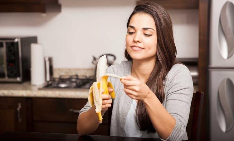 Поскольку банан довольно калорийный, женщинам с избыточным весом не стоит налегать на него.