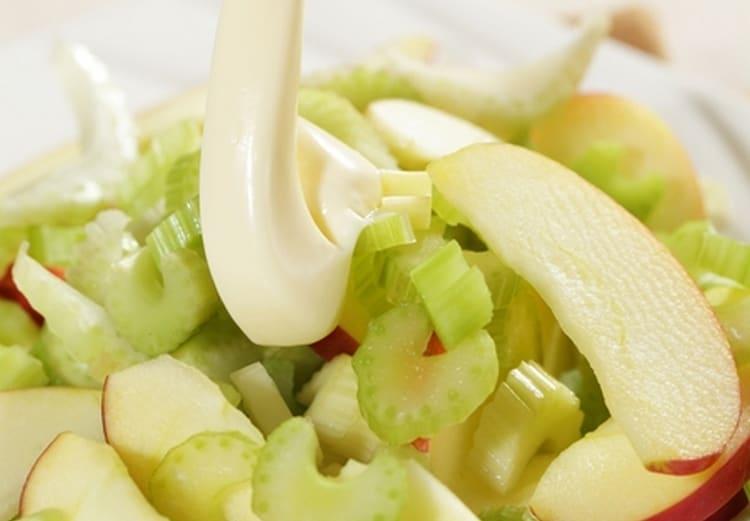 С бананом можно приготовить салатик на основе сельдерея и яблока.
