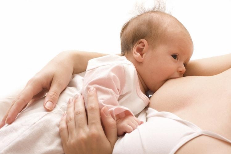 При кормлении новорожденного грудным молоком маме важно соблюдать диету.