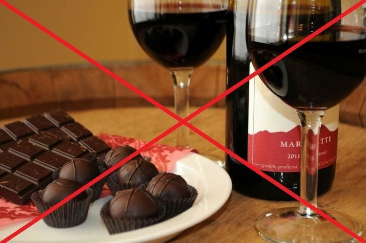 естественно, кормящей маме запрещено употреблять алкоголь и шоколад.