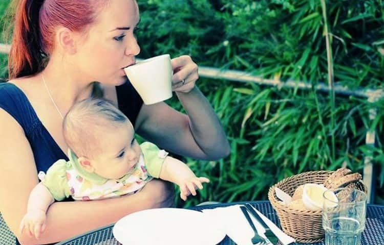 Кроме того, кормящей маме важно соблюдать питьевой режим.