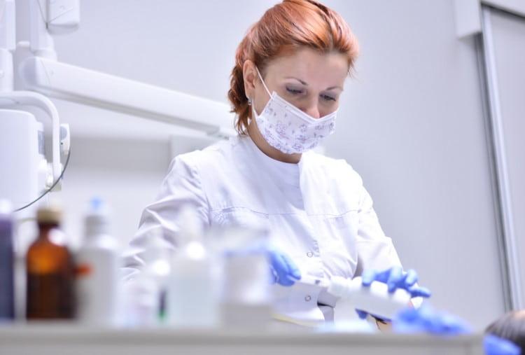 работники лабораторий, особенно те, чья работа связана с препаратами крови, тоже входят в группу риска.
