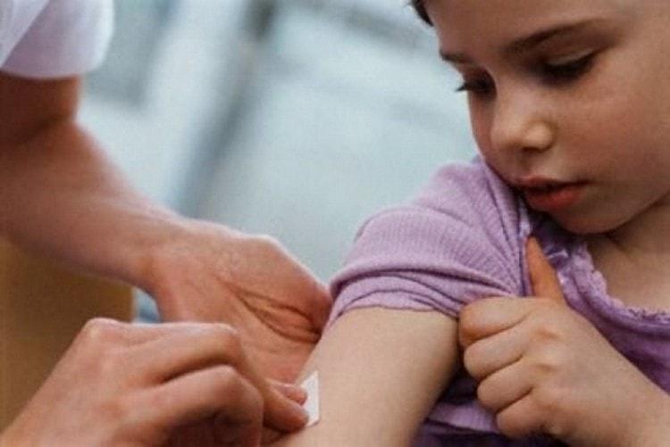 Для полной защиты от болезни надо сделать три инъекции вакцины.