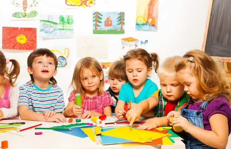 Дети, которые посещают садик и другие коллективные занятия, должны получить такую прививку, чтобы быть защищенными от страшной инфекции.