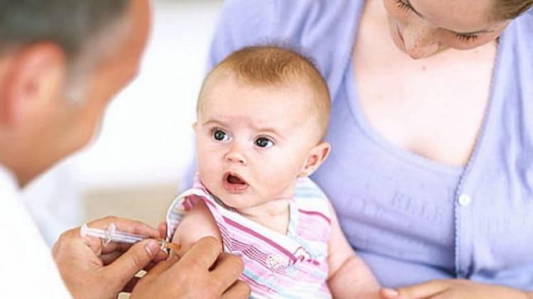 В нашей статье вы узнаете какие прививки делают сразу же новорожденным