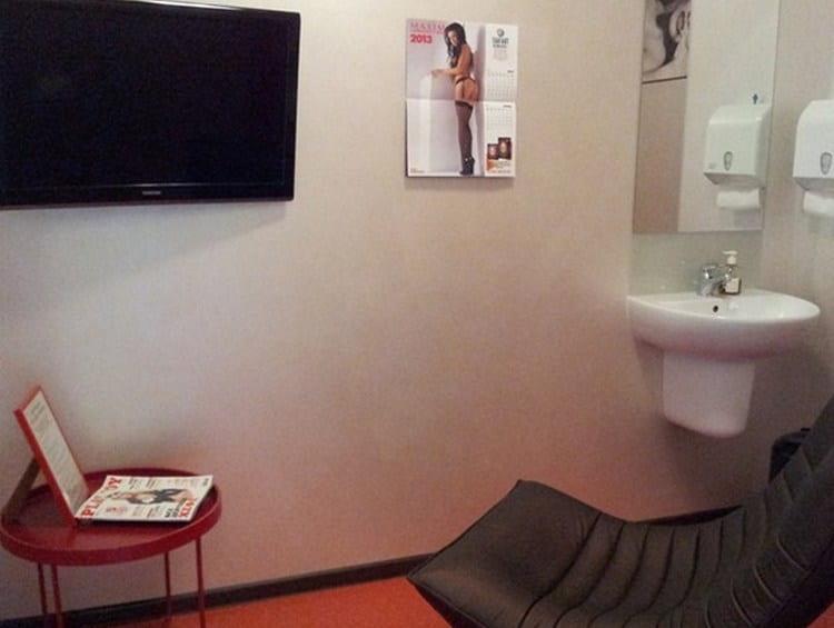 В клиниках для сдачи анализов оборудованы специальные комнаты.