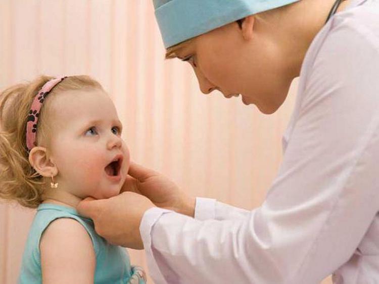Если у ребенка на протяжении нескольких дней не проходят побочные реакции, срочно нужно обратиться к врачу.