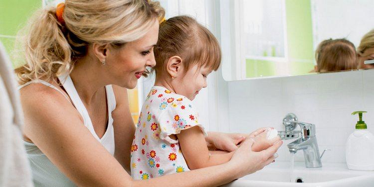 Для профилактики гепатита А в первую очередь следует соблюдать правила личной гигиены, а также употреблять только кипяченую воду в летний период.