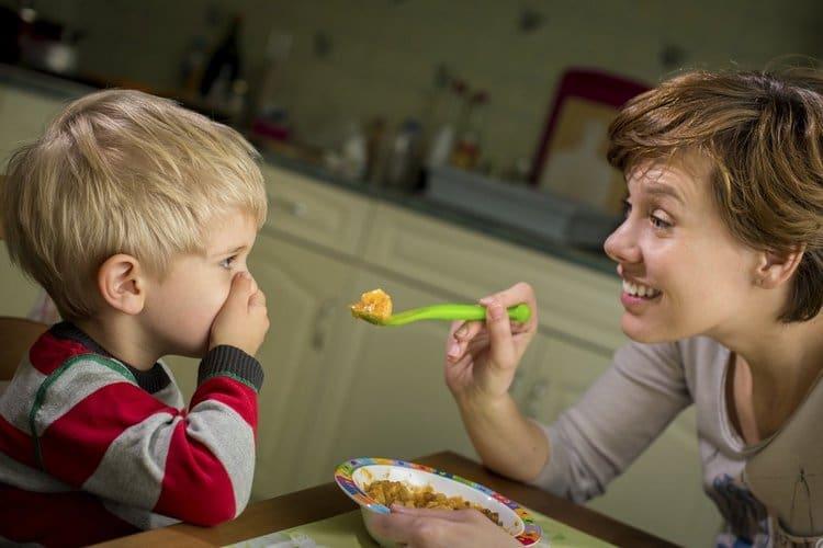 После вакцинации у ребенка может пропасть аппетит или незначительно повыситься температура.