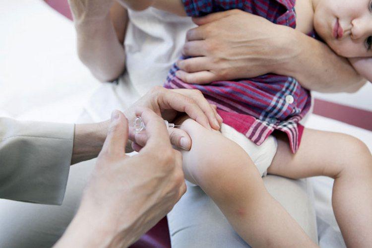 маленьким деткам вакцина обычно вводится в переднюю поверхность бедра.