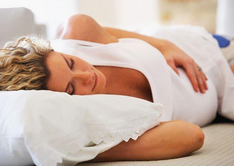 Не забывайте, что очень важно для беремнной женщины хорошо высыпаться, ведь усталость негативно отражается и на общем самочувствии, и на состоянии кожи.