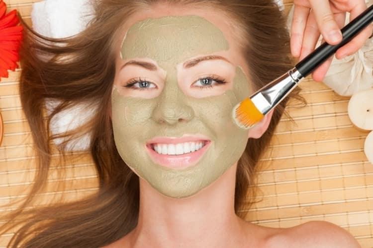 Даже при беременности можно делать полезные маски с глиной, которые хорошо очищают кожу.