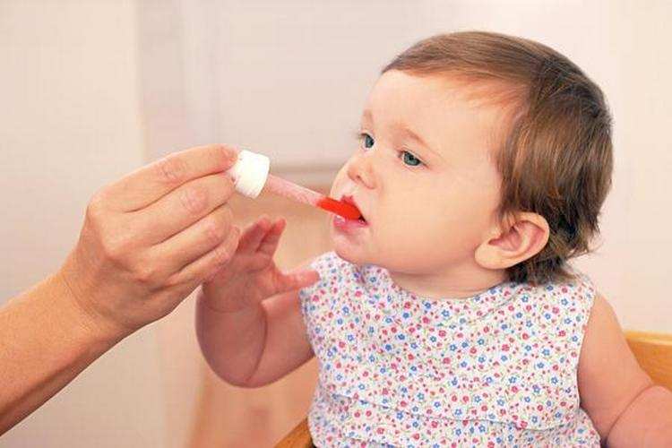 В случае повышения температуры до 38 градусов и выше после прививки, надо дать ребенку жаропонижающее.