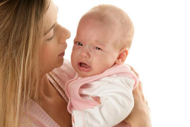 Среди возможных реакций на вакцину отмечаются плач, боли в суставах, простудное состояние.