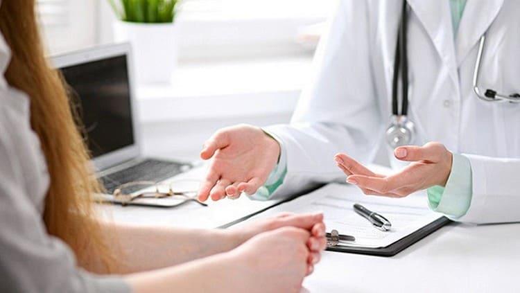 Выделения розового цвета при беременности в обязательном порядке нужно обсудить со своим гинекологом.