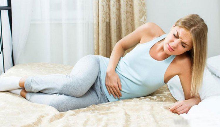 Если розовые выделения на ранних сроках беременности сопровождаются болями внизу живота, слабостью, нужно немедленно обратиться за медицинской помощью.