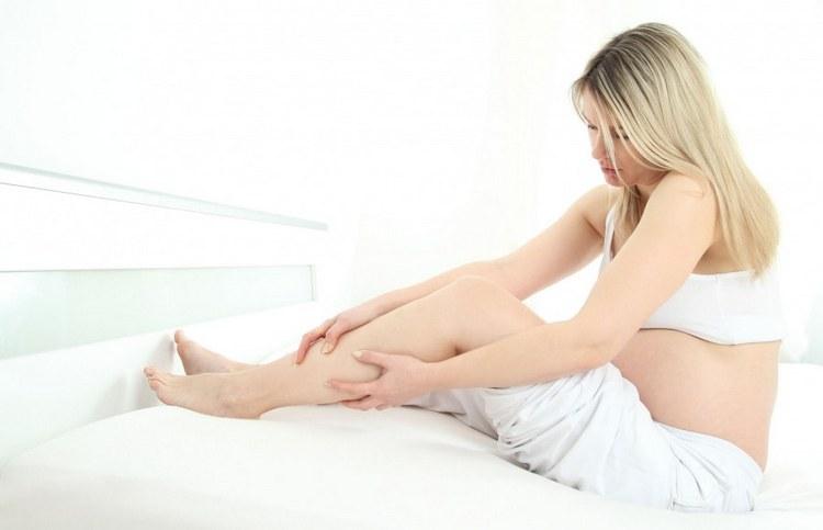 Нередко причиной появления судорог в ногах при беременности ночью становится анемия.