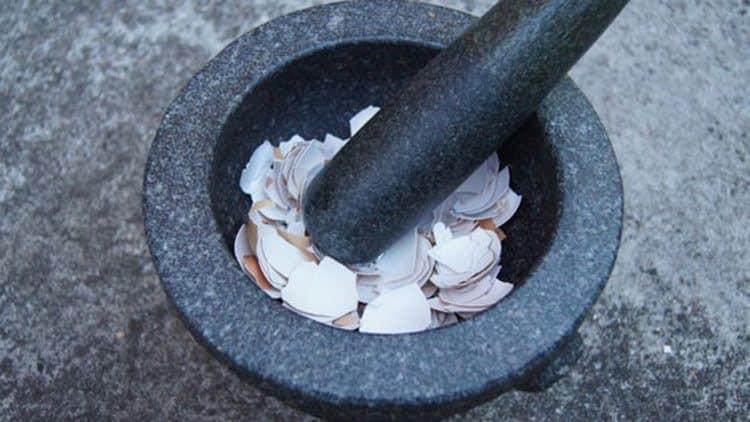 устранить дефицит кальция помогает толченая яичная скорлупа.