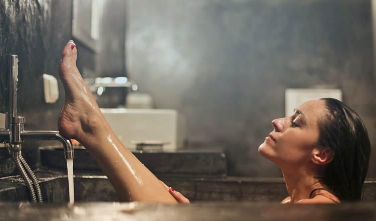 Спровоцировать выкидыш могут и горячие ванны.