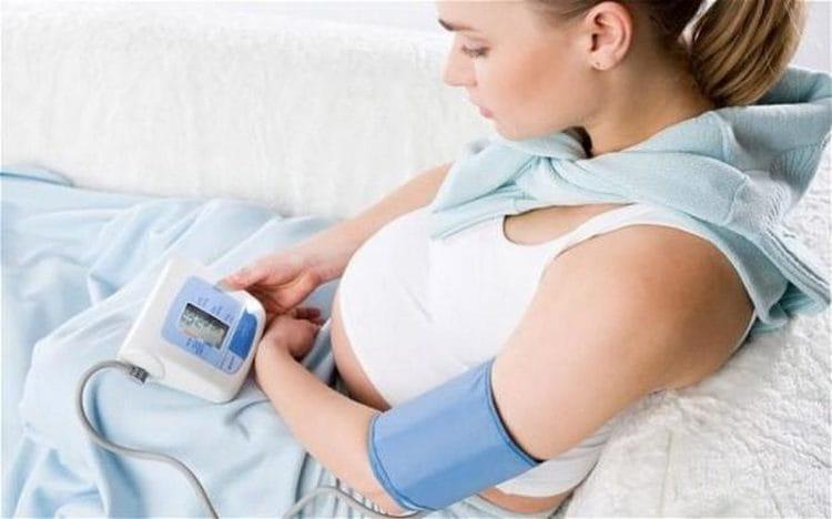 Если у женщины хотя бы раз наблюдалось высокое давление во время беременности, очень важно постоянно контролировать его, измерять самостоятельно.